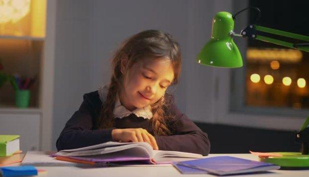 Chọn đèn bàn led chống cận thị cho con như thế nào?